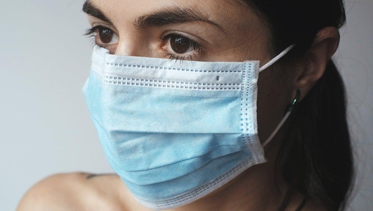 Mund-Nasen-Schutz hält Tröpfchen zurück, die beim Sprechen oder Husten entstehen und die Viren übertragen können.