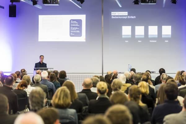 Zahlreiche Referenten vermitteln wertvolle Informationen zu technischen Lösungen und aktuellen Trends. Bild: Messe Stuttgart