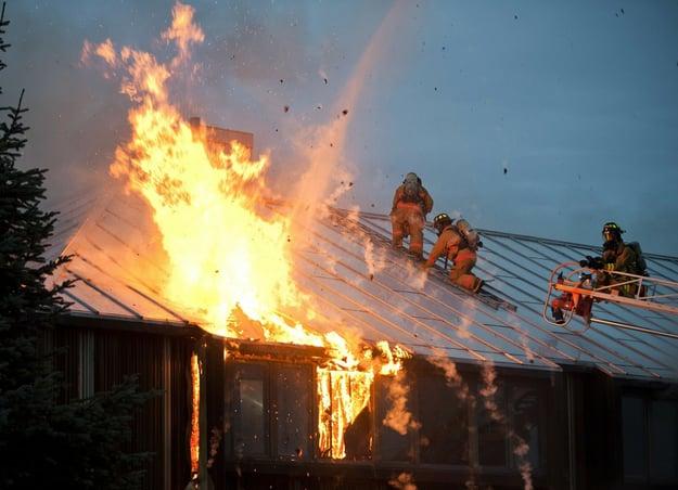 Das Hauptproblem sind nicht die offenen Flammen, sondern die bereits vorher entstehenden Rauchgase. Bild Pixabay/tpsdave